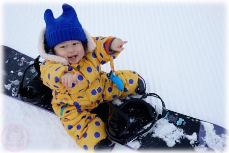 Little-big-boss go go go on a snowboard!