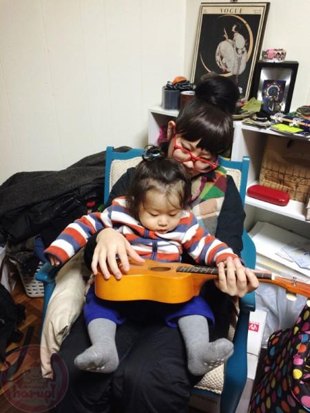 Playing ukulele with Ran