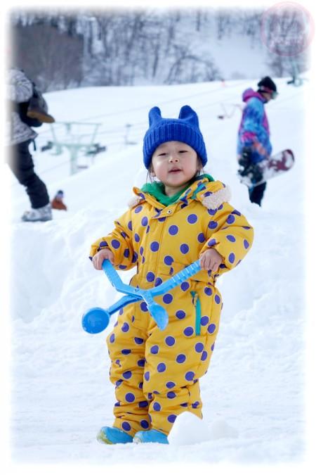 Little-big-boss playing snow