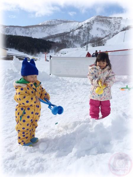 Little-big-boss and Yuki-chan playing snow