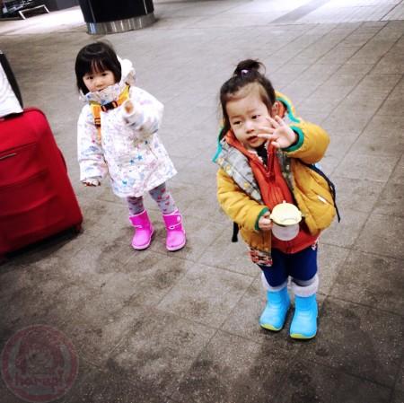 Little-big-boss and Yuki-chan bye bye to their bus