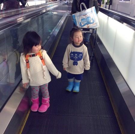 Little-big-boss and Yuki-chan on a flat escalator