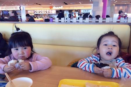 Little-big-boss and Yuki-chan eating onigiri