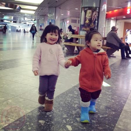 Little-big-boss and Yuki-chan holding hand