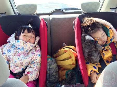 Little-big-boss and Yuki-chan sleeping in the car